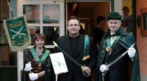 Uraltes Champagner-Ritual in München: Sommelier Markus Mensch entkorkt ab sofort im CUBE den Champagner mit dem Säbel!
