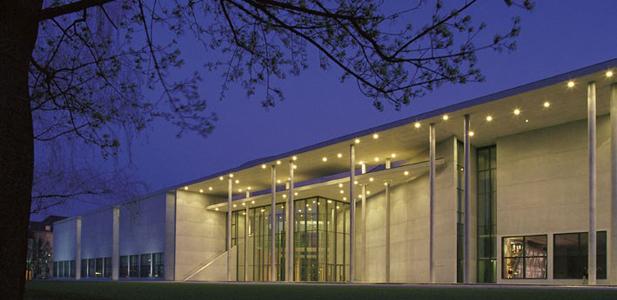 Exklusives Kunstprojekt: Münchner Pinakothek der Moderne mit Videoinstallation 'ADYTON'