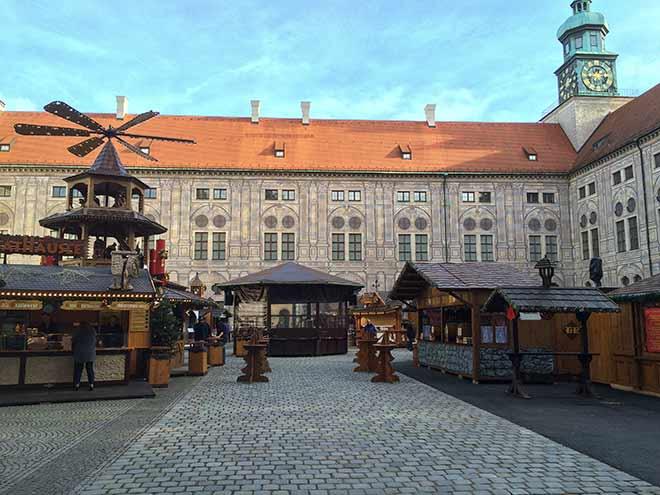 Traditionell eröffnet die First Lady von Bayern den Christkindlmarkt bzw. das Weihnachtsdorf in der Residenz München.