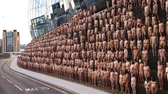 Nackt vor der Bayerischen Oper: Für eine Kunstinstallation lassen Münchner die Hüllen fallen