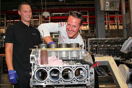 Formel 1-Stars als Motoren-Monteure: Schumacher und Rosberg in der Auto-Werkstatt