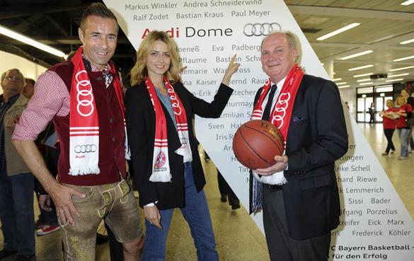 FC Bayern-Basketball: Uli Hoeneß übereicht Fan-Urkunden an Promis