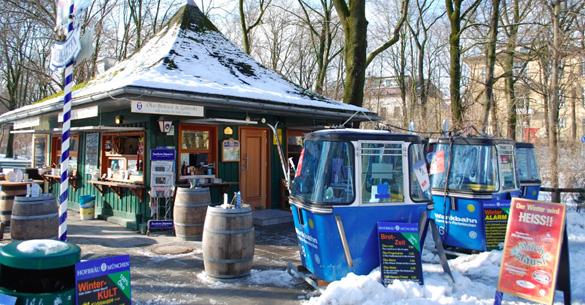 Romantische Plätzchen in der Winterzeit: Bahnkabinen vor dem Milchhäusl