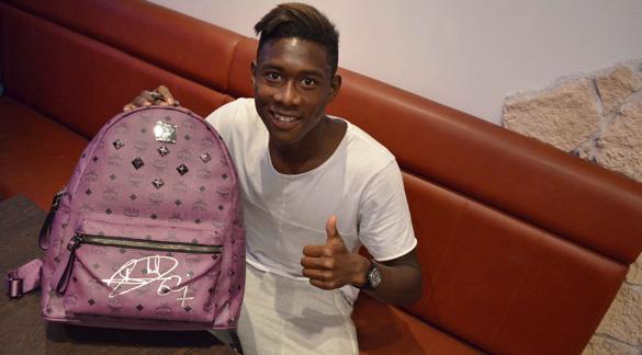 FC Bayern Kicker signierten MCM-Rucksäcke für guten Zweck