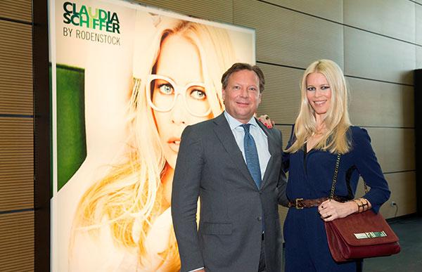 Claudia Schiffer News: Top-Model zeigt ihre erste Brillenkollektion auf der opti 2014