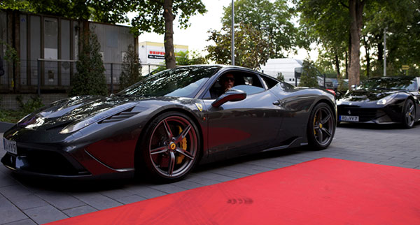 Ferrari Saggio Grand Opening: Red Carpet für die PS-Boliden