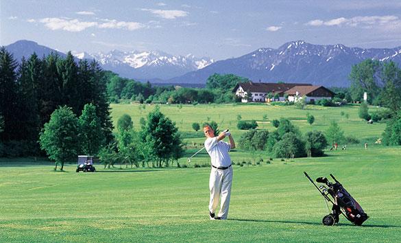 Abschlag-vor-Bergkulisse-Golfanlage-Iffeldorf-Fotocredit-TV-5-Seen-Land