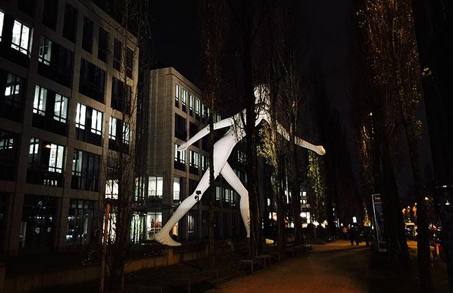 Seit 1995 bewacht der 'Walking Man' mit 17 Meter Höhe und 16 Tonnen schwer die Leopoldstrasse.