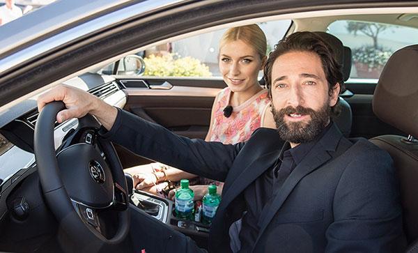 Passat im Promicheck: Lena Gercke und Adrien Brody Autotest auf Sardinien