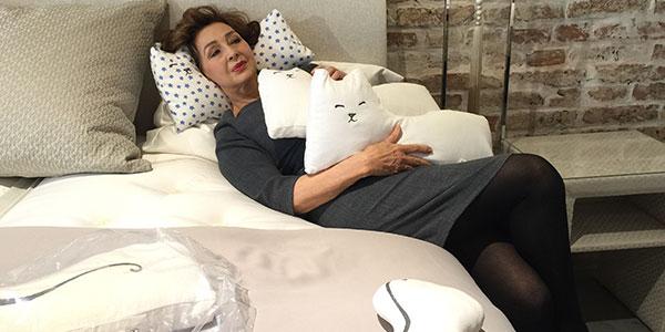 Christine Kaufmann: Schönheitsschlaf mit Cat-Zen Pillow Kissen