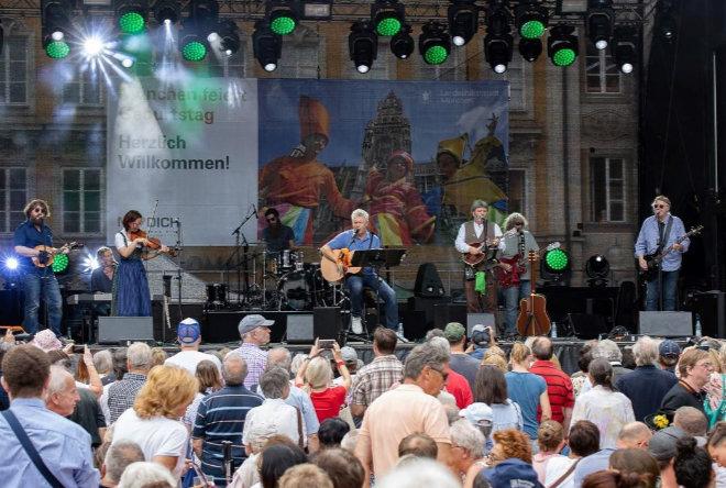 Dieter Reiter tritt mit der Band Paul Daly beim Munich Irish Nights Festival am Rindermarkt auf. Fotocredit: Paul Daly
