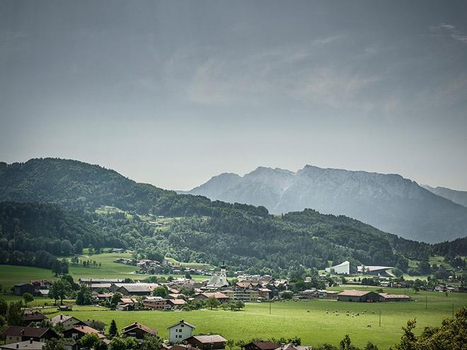 Erl ist eine Gemeinde mit 1526 Einwohnern im Bezirk Kufstein des Bundeslandes Tirol. Die Gemeinde liegt im Gerichtsbezirk Kufstein und ist durch ihre Passionsspiele bekannt