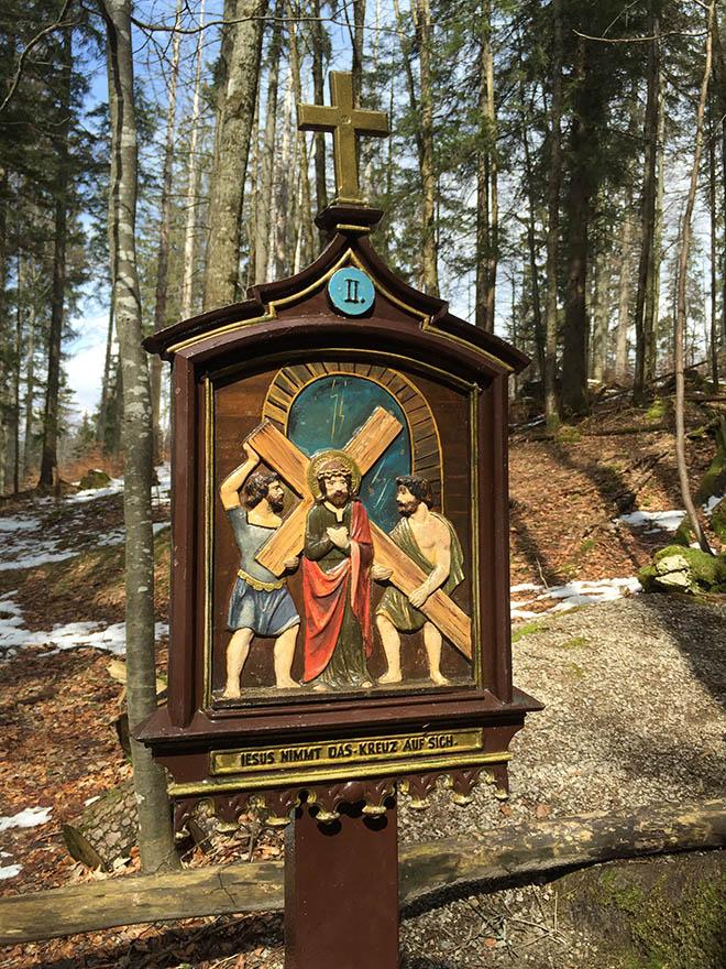 Die Ostergeschichte spazierend erleben. 12 Tafeln gibt es am Berg zur Riederstein Kapelle: Ostern 2019