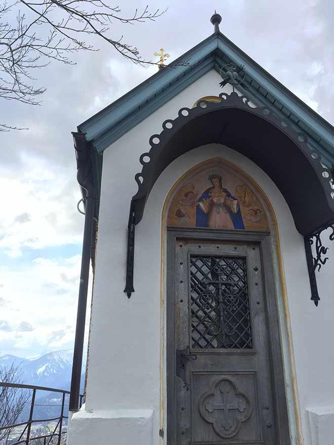 Auf 1.210 Meter steht die Riederstein-Kapelle am Tegernsee. Auf dem Weg zuihr gibt es einen Kreuzweg mit 12 Bildern. Ostern 2019 Ausflug