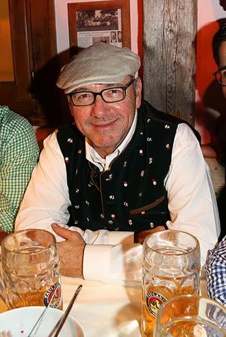 Kevin Spacey (in Daller Tracht) feierte im Käferzelt. Fotocredit: babiradpicture, Andy Knoth