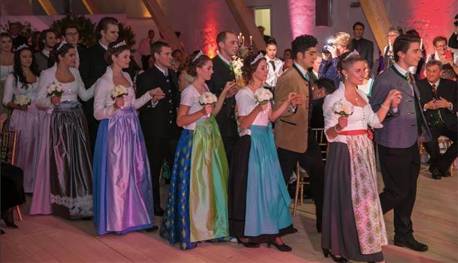 Was für ein toller Anblick: Opernball in Tracht! Fotocredit: Mick Zollenkopf