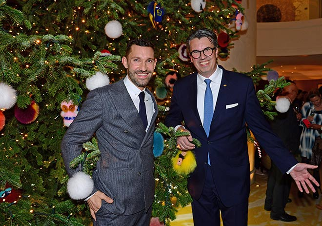 Luden zum 'Christmas-Tree-Lighting' Cocktail-Empfang: Mandarin Oriental, Munich General Manager Wolfgang Greiner (rechts) mit Patrick Huber, FENDI Store Manager München. Fotocredit: Irmi Gessner