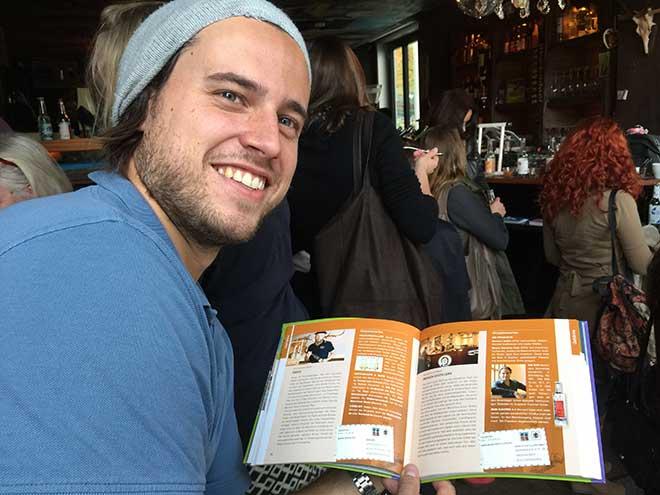 Konstantin Graf von Keyserlingk zeigt stolz seine Buchseite über 'Munich Distillers' im Buch!