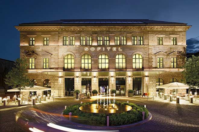 Die denkmalgeschützte Fassade (des ehemaligen königlich-bayerischen Postamtes) des Sofitel Munich Bayerpost ist außergewöhnlich unter den Luxushotels in München