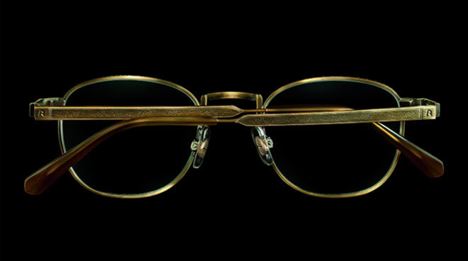 Die Brille 'Meisterwerk' im Panto-Shape ist aus Titan gefertigt und mit feinen Ziselierungen veredelt.