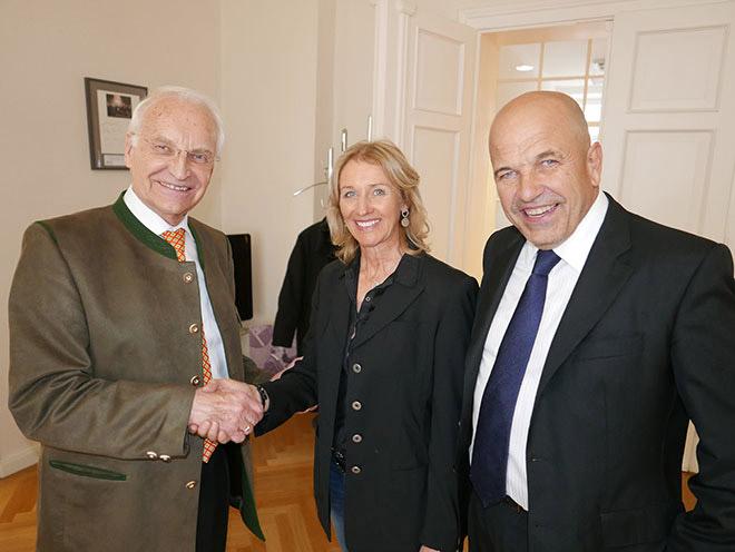 Anfang Dezember statteten Michaela Gerg und Achim Winter dem frisch gebackenen Schneekristalle Stiftungs-Botschafter Edmund Stoiber in dessen Münchner Büro einen Dankes-Besuch ab.