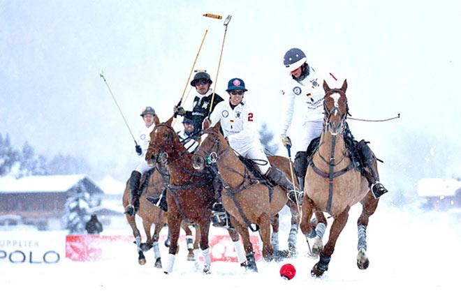 Sechs international besetzte Poloteams kämpfen auf High-Goal-Level um den Sieg. Fotocredit: Joern Seidenschnur / photojoern.de für Snow Polo World Cup
