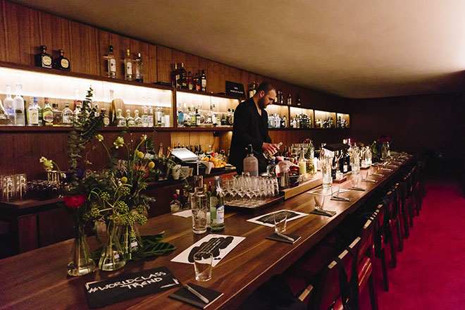 Exklusiv Cocktails genießen: An Charles Schumann's neun Meter langen Bar-Tisch im 'Les Fleurs du Mal'. Fotocredit: Tanja Huber