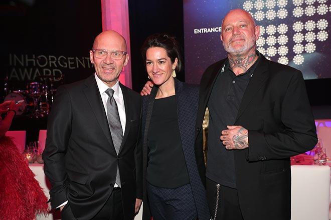 Messe München und damit Inhorgenta Award Chef Klaus Dittrich mit Münchner Schmuckdesigner-Paar Bele und Patrick Muff. Fotocredit: Gisela Schober, GettyImages