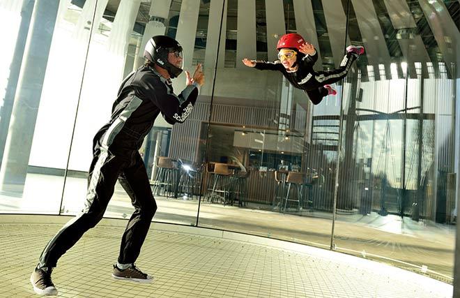Die simulierte Fluggeschwindigkeit ist stufenlos einstellbar, dass auch Kinder ab 4 im Windkanal fliegen können.