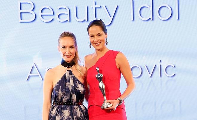 Eine ganz andere Trophäe als im Sport: Ana Ivanovic ist jetzt 'Beauty Idel'! Fotocredit: Axel Kirchhof