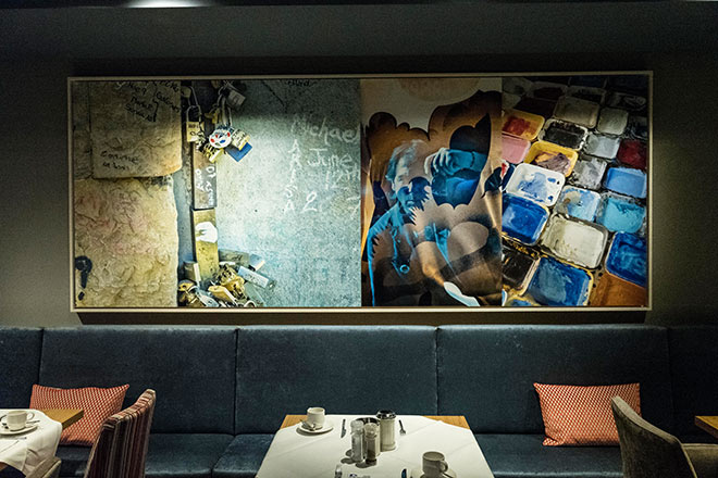 Hubertus von Hohenlohe hat sich in diesem Kunstwerk selbst verewigt! Hängt jetzt im Münchner Restaurant 'Blauer Bock'! Fotocredit: