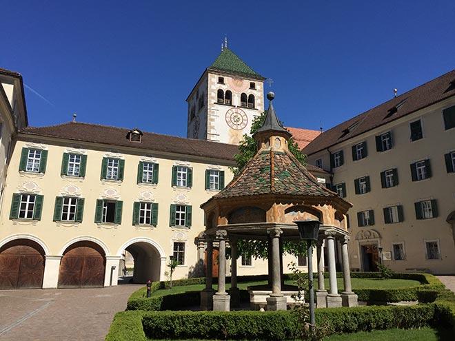 Vor den Toren des Wellnesshotel Südtirol: Kloster Neustift