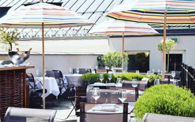 In der sechsten Etage des LOUIS Hotels gibt es eine Dachterrasse mit Bar, welche immer im Somme röffnet!