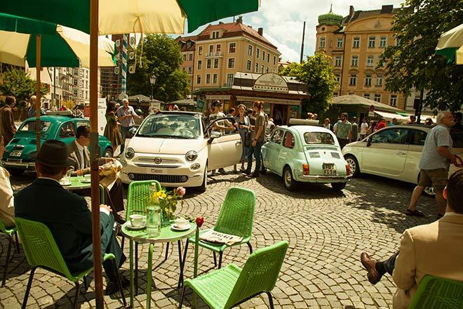 60er Jahre Feeling am 'Wiener Platz': vom Fiat 500 von 1957 bis 2017 war vom Oldtimer bis Neuwagen alles dabei.