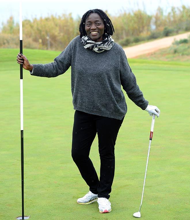 Dr. Auma Obama schlägt diese Woche im Golfclub Beuerberg für I'm Living Immobilien ab. Fotocredit: Wolfgang Breiteneicher, SchneiderPress