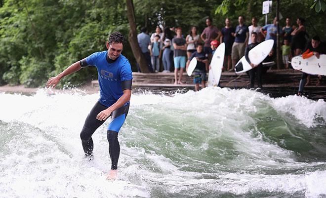 Dass dieser Surfer im wahren Leben Golfprofi ist, sieht man ihn nun wirklich nicht an! Wir sind in der BMW International Open Woche!
