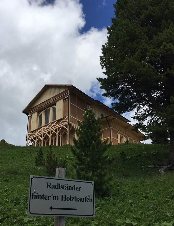 Nicht viele Berghütten auf 1900 Metern Höhe sind mit Radlständern ausgerüstet!