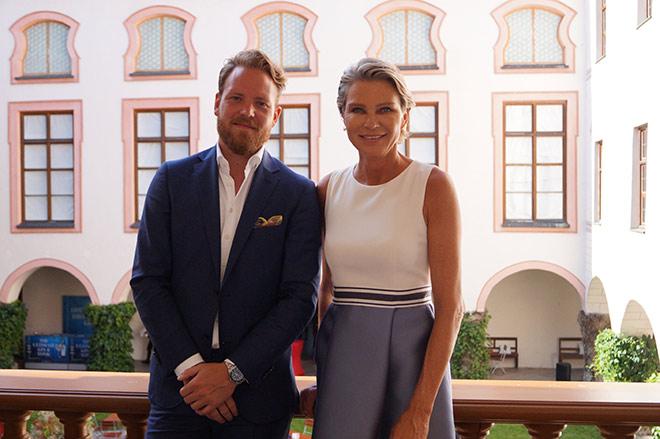 Zeigen Zeitgenössische Kunst auf Schloss Tüssling: Kurator Philipp Bollmann und Stephanie Gräfin von Pfuel
