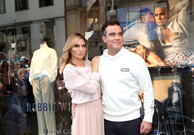 Nicht nur zwei neue Werbe-Gesichter für das bayerische Label Marc O'Polo. Ayda und Robbie Williams gingen unter die Designer. Hier vor dem Shop in der Theatinerstraße. Fotocredit: GettyImages, Gisela Schober