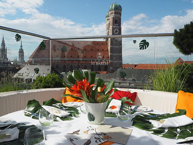 Place to be: Karibisches Makeover fürs Adlernest auf der Dachterrasse vom Hotel Bayerischer Hof. Fotocredit: Sinje Sander