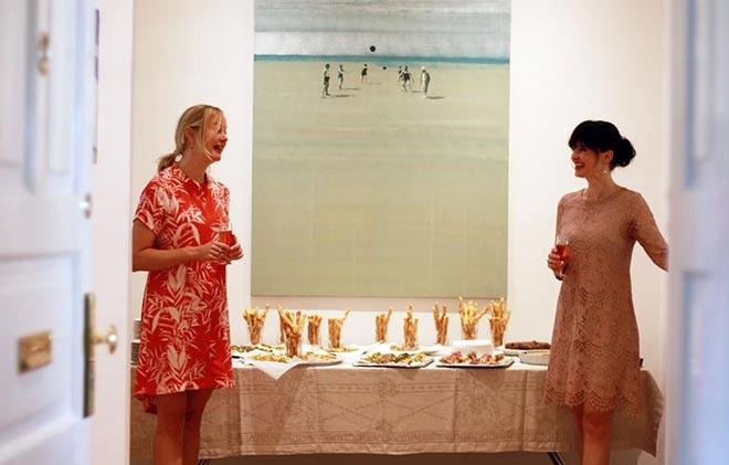 Dr. Sonja Lechner (re.) mit Künstlerin Iris von Carnap. Fotocredit: Mario Hank