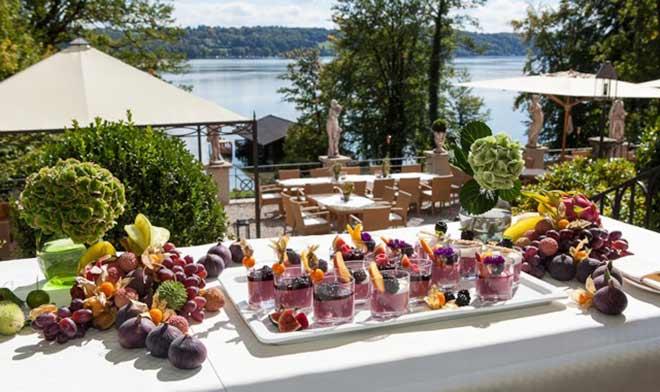 """Am 23. Juli lädt La Villa am Starnberger See: Dann wird neben """"Betty"""" auch das hoteleigene Fährboot, das früher Besucher auf die Roseninsel brachte, durch das klare Blau des Sees gleiten und für unbeschwertes Sommerfeeling sorgen."""