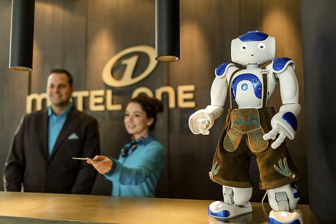 A.I. Concierge auf bayerisch! Allerdings muss sich der Roboter als Concierge noch bewähren. Ob das Pilotprojekt dann in Serie geht ist noch die Frage. Fotocredit: Motel One