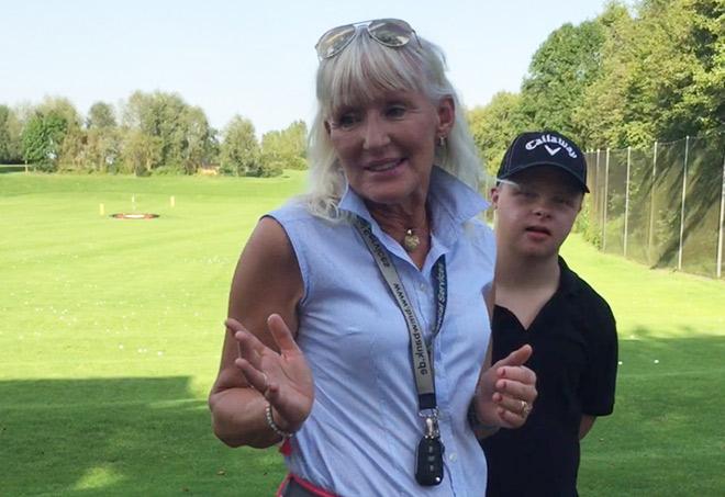 Golftrainerin Elizabeth Höh mit ihrem Schüler Paul. Seine Behinderung (Down-Syndrom) hält ihn nicht ab, viel Golf zu spielen.