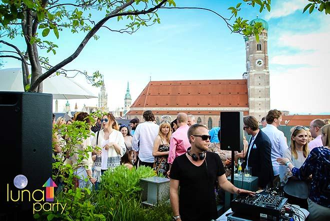 Nachtleben München: Einmal im Monat findet die Luna Party auf der Dachterrasse vom Hotel Bayerischer Hof statt!