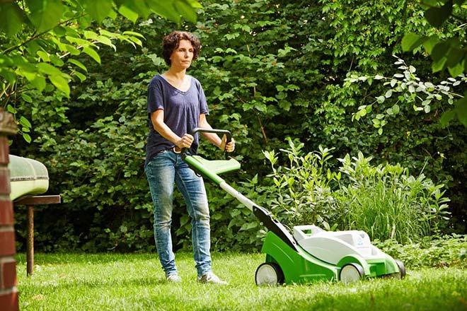Basis für einen dichten, sattgrünen Teppich: Bei der Rasenpflege haben Freizeitgärtner einige Kniffe zu beachten. Fotocredit: djd/Viking