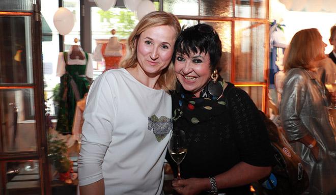 Designerin Katharina Lukas mit Beauty-PR-Lady Uschi Ackermann beim Opening.