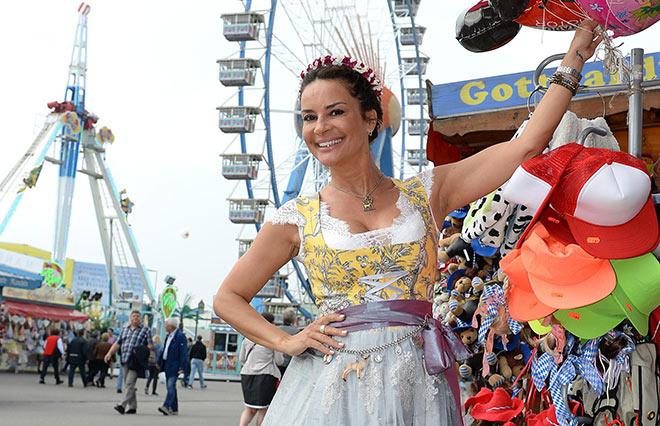 Playmate und Beauty-Unternehmerin Gitta Saxx hat die Dirndl-Schleife. Fotocredit: Schneiderpress