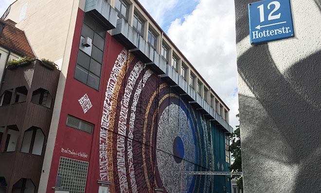 Wer ein Fensterplätzchen der ca. 40 Plätze ergattert schaut auf ein Gebäude der Stadt. Natürlich wurde es mit Street Art verfeinert.