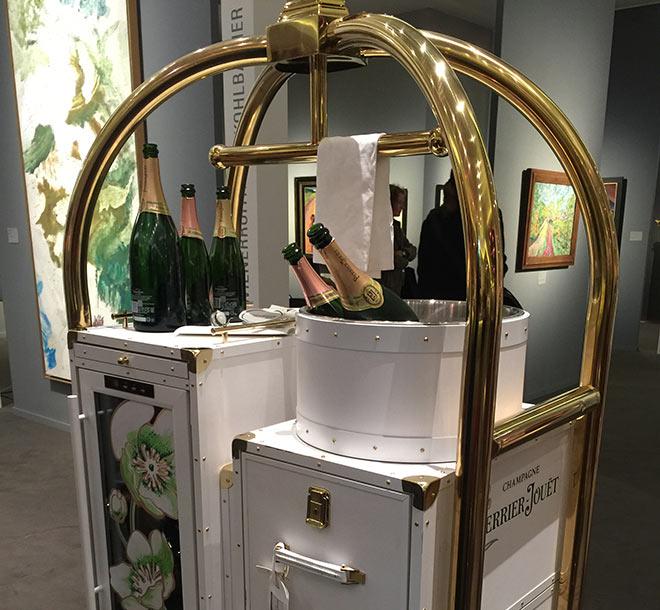 Partner der Munich Highlights ist das Champagnerhaus Perrier-Jouet. Neben Champagner to go gibt es eine kleine Bar - auch mit Food.